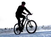 Co robi rowerzysta zimą? Trenuje!
