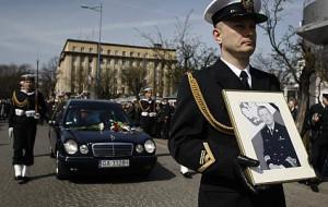 Salwy i syreny pożegnały admirała Karwetę
