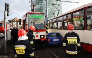 Wypadek na Podwalu Grodzkim: dwa tramwaje i auto