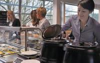 W stołówce czy przy biurku? Obiad w pracy