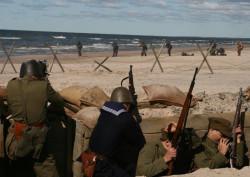 Scena obrony plaży na Westerplatte.
