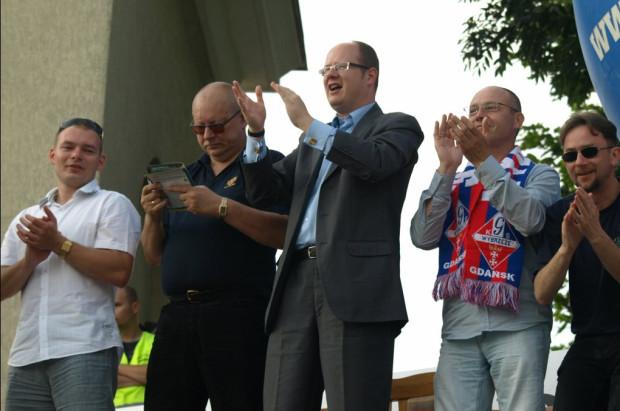 Gdańscy żużlowcy w dalszym ciągu mogą liczyć na wsparcie Miasta. Jak przyznaje jednak dyrektor Biura Prezydenta ds. Sportu Andrzej Trojanowski (drugi od lewej), rozbudowa administracji klubu budzi zastrzeżenia.