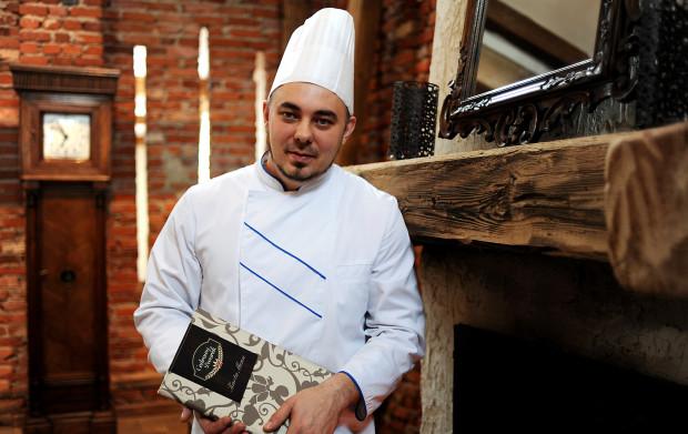 Pomocami kuchennymi w Cedrowym Dworku są panie z kół gospodyń wiejskich. Szef kuchni, Karol Waldoch, korzysta z tradycyjnych przepisów kuchni żuławskiej, które gospodynie przynoszą do restauracji.