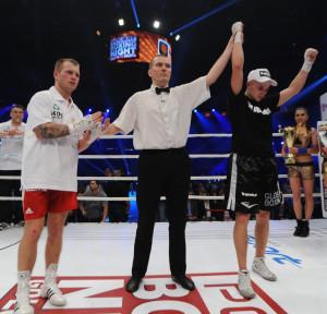 Kamil Łaszczyk (z prawej) pokonał jednogłośnie na punkty Krzysztofa Cieślaka.