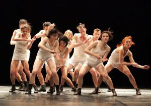 """""""Cool Fire"""" to radosny pokaz tańca w formie tanecznej bitwy. Na scenie, pomimo zewnętrznych podziałów, wszyscy potrafią zjednoczyć się w tańcu."""