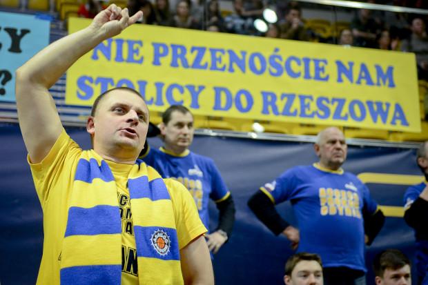 """""""Nie przenoście nam stolicy do Rzeszowa"""" oraz inne hasła i banery zawisły nad sektorem fanklubu."""