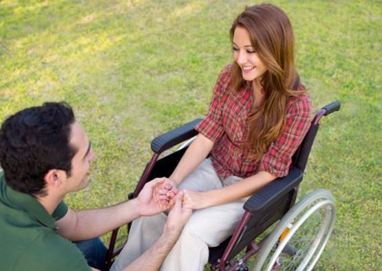 Osoby niepełnosprawne często szukają partnerów we własnym gronie, zazwyczaj jednak wiążą się z osobami zdrowymi i mogą być to bardzo udane związki.