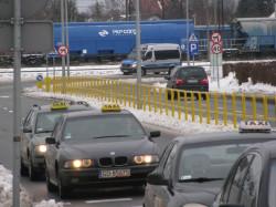 Czyhający na taksówkarzy i oczekujący na wsparcie policjanci ustawili się na ul. Pokoleń Lechii Gdańsk.