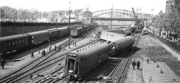 Skutki katastrofy kolejowej. Zdjęcia katastrofy są autorstwa Alexa Geelena, studenta ówczesnej Technische Hochschule w latach 1936-39. Fotograf stał na dawnym wiadukcie Błędnik, w tle widać Żółty Wiadukt.
