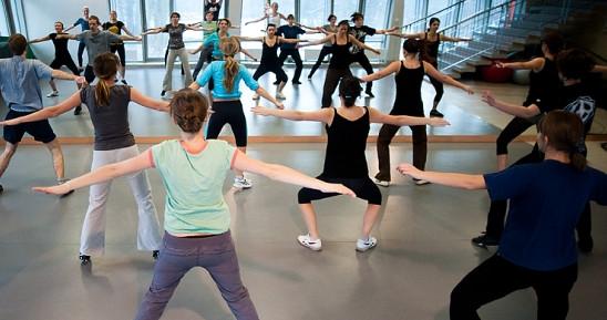 Najwięcej osób ćwiczy w godzinach popołudniowych. Ci, którzy wolą zajęcia grupowe rano wybór mają niewielki.