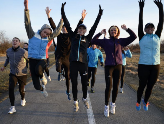 Łączone zajęcia z biegania, jazdy na rowerze i nordic walkingu odbywać się będą w wybrane wtorki w różnych dzielnicach Gdyni. Pomiędzy tymi spotkaniami prowadzone będą wykłady dotyczące odpowiedniego przygotowania do treningów.