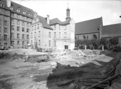 Elementy renesansowej fasady z rozebranego sierocińca użyto do budowy pobliskiego obiektu.