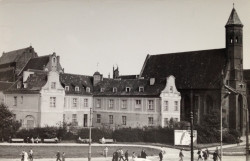 Budynek dawnego szpitala elżbietańskiego w czasach Polskiej Rzeczpospolitej Ludowej.