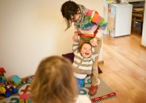 """Przy jednym dziecku to rodzice muszą zapewnić dziecku """"atrakcje"""". Przy większej gromadce najczęściej bawią się same ze sobą i opiekują młodszymi."""