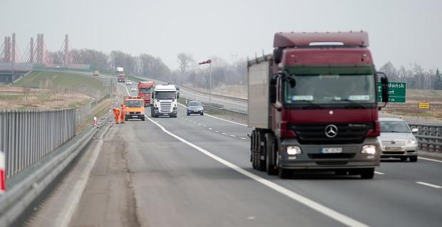 Mimo wykonania w zeszłym roku nakładki nawierzchni (po ugięciu w czerwcu 2012 r.), jezdnia Południowej Obwodnicy Gdańska przed wjazdem na estakadę wciąż odkształca się.