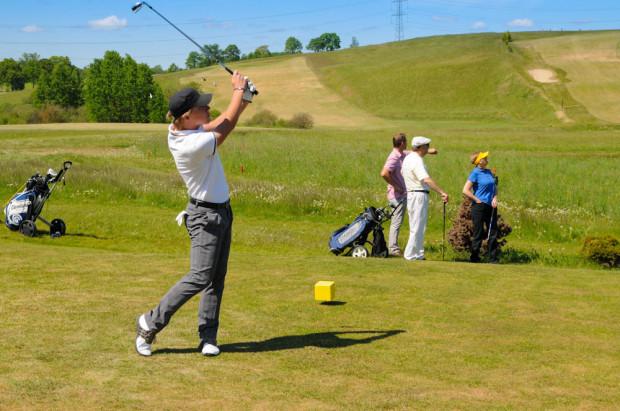 Golfistów przybywa w szybkim tempie. W okolicy Trójmiasta grać możemy na polach golfowych w Tokarach, Postołowie i Pętkowicach.