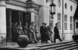 Adolf Hitler wychodzi z gdyńskiego dworca.