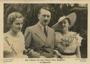 Wagner zmarł w 1883 r., a więc przed narodzinami Adolfa Hitlera. Mimo tego, za sprawą nazistowskiej propagandy i przyjaźni jaka łączyła Naczelnego Wodza III Rzeszy z rodziną kompozytora, muzykę Ryszarda Wagnera uważa się za nazistowską i w związku z tym grywa niechętnie. Na zdj. Adolf Hitler z wnuczkami Wagnera, Vereną i Friedelind.