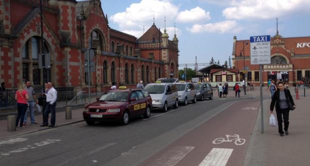Nowa lokalizacja postoju dla taksówek przed budynkiem Dworca Głównego PKP w Gdańsku.
