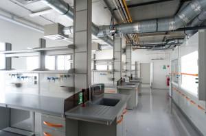 Całkowita powierzchnia siedziby Wydziału Chemii wynosi 28572 m², składa się na nią m.in. 188 laboratoriów chemicznych, 15 laboratoriów i pomieszczeń komputerowych czy choćby 5 sal audytoryjnych mieszczących łącznie 600 osób.