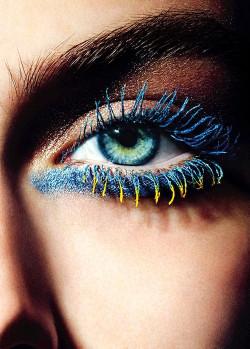 Kolorowe tusze powinnyśmy stosować na samych końcówkach rzęs. Ten makijażjest idealny na wieczorne wyjście.