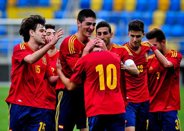 Reprezentanci Hiszpanii cieszą się po golu strzelonym przez Fede Vico (numer 10).