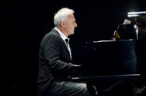 Podczas koncertu Krzesimir Dębski wystąpił w roli konferansjera oraz akompaniatora.
