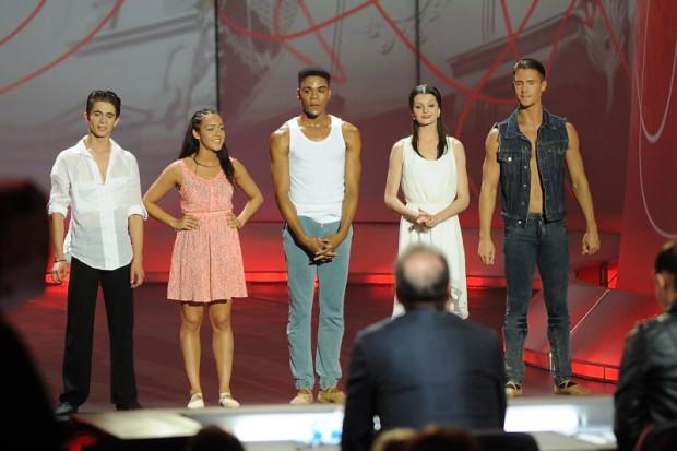 Wszyscy finaliści Eurowizji zatańczyli jedno solo i układy grupowe pod okiem jurorów, którzy wybierali najlepszych. W środku Sedrig Verwoert - zwycięzca Eurowizji dla Młodych Tancerzy 2013.