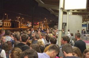 Tłum na peronie po imprezie Cudawianki w Gdyni.