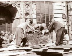 Przenoszenie rzeźb z sali Dworu Artusa na basen fontanny. Rok 1954.