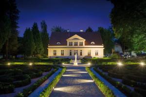 Zadbano, aby dworek i nowy ogród robiły wrażenie nocą.