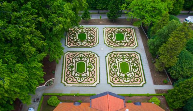 Odtworzone założenie ogrodu francuskiego znajduje się na tyłach Dworku Saltzmanna (między dworkiem a ogrodzeniem od ul. Opackiej), park angielski - w tym ujęciu - znajduje się na lewo od niego. Jest naturalnym (choć odgrodzonym) przedłużeniem Parku Oliwskiego.