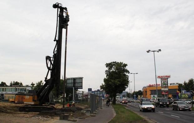 Na placu budowy wiaduktu kolejowego nad al. Gruwnaldzką od kilku dni pracuje palownica.