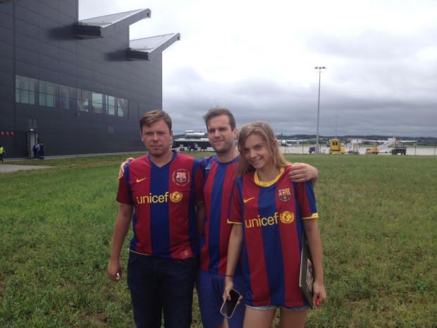 Fani Barcelony czekają na swoich idoli na lotnisku w Rębiechowie. Mogą liczyć jedynie na zdjęcia z daleka, bo piłkarze przejdą przez terminal przejściem dla VIP-ów i od razu odjadą autokarem do hotelu.