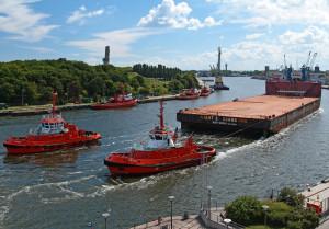 Giant-2 podczas wejścia do gdańskiego portu.