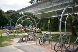 Jeśli nasze dzieci jeżdżą już na rowerze, możemy przyjechać z nimi na plażę, a rower zostawić przy stojaku, nieopodal plaży.