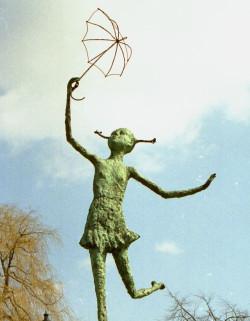 Tulla Pokriefke, jedna z bohaterek powieści Guntera Grassa, zdobi fontannę imienia pisarza na Pl. Gen. Wybickiego.