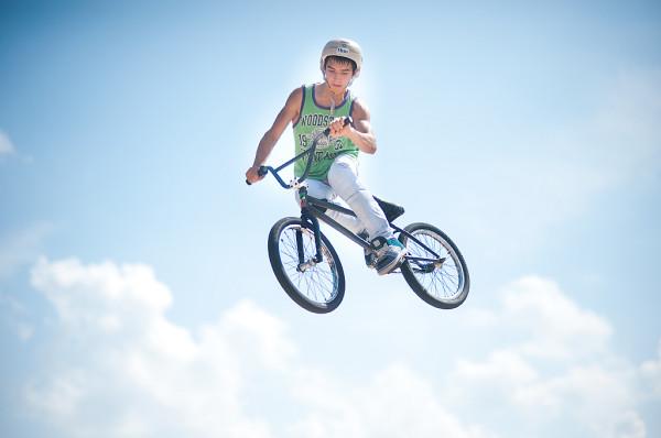 Jeden z zawodników Baltic Games 2011 podczas podniebnych akrobacji.