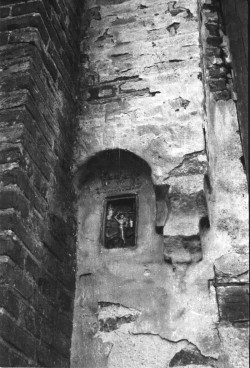 Gotyckie kafle pierwotnie znajdowały się w zewnętrznej ścianie kościoła. Na zdjęciu widoczny kafel z wizerunkiem św. Jerzego.