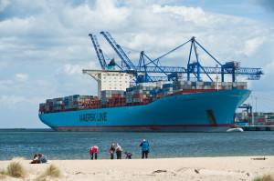 Plaża w sąsiedztwie DCT, na której zawsze gromadzą się widzowie podziwiający cumujące przy terminalu statki, tym razem zostanie zamknięta. Na zdjęciu kontenerowiec Eleonora Maersk.