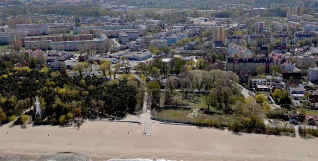 Brzeźno z lotu ptaka. Na plaży widać pozostałości starego molo, zaś na prawo od niego ogrodzony teren, gdzie stała Hala Plażowa.