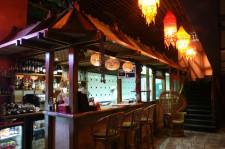 W restauracji Masala wpada mało dziennego światła. Nastrój tworzy sztuczne oświetlenie i oryginalne lampy.