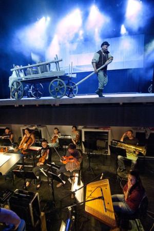 Mocnym punktem spektaklu jest żywa, skoczna muzyka Piotra Dziubka. Specjalnie na potrzeby spektaklu na żywo gra aż 28-osobowa orkiestra, kierowana przez Dariusza Różankiewicza.