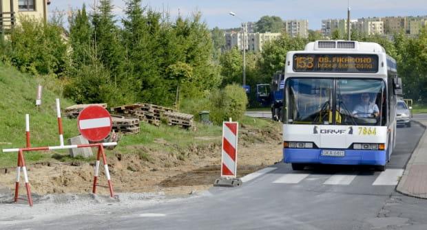 Remont ulicy doskwiera w równym stopniu pasażerom komunikacji miejskiej oraz kierowcom. Ci pierwsi z planowanymi zmianami mogli się jednak zapoznać już w piątek.