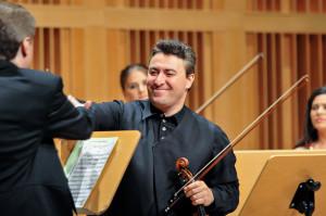 Po zakończonym występie dyrygent podaje rękę koncertmistrzowi, dziękując tym samym za udaną współpracę. Kiedy tego nie zrobi, może to być uznane za manifestację niezadowolenia z występu.