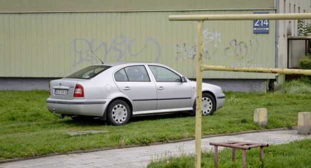 Kierowcy skracając drogę poprzez jazdę trawnikiem, czują się bezkarnie. To zdjęcie zostało zrobione 16 września, kilka dni po kolejnej zmianie organizacji ruchu.