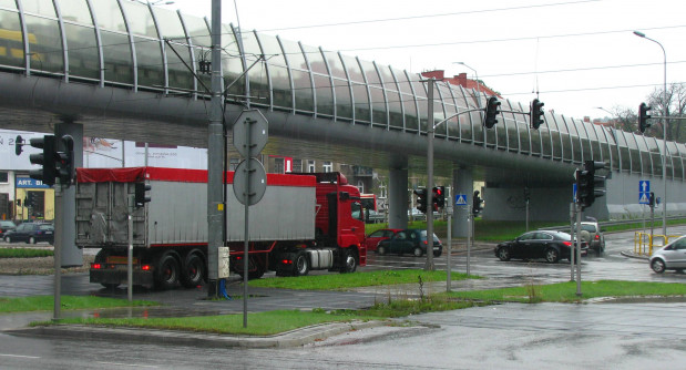 Na felernym skrzyżowaniu wystarczy duży pojazd, by zasłonić kierowcy, jadącemu lewym pasem w kierunku Matarni, sygnalizator umieszczony na słupie. Część osób wjeżdża wtedy na jezdnię, nie ustępując pierwszeństwa pojazdom zmierzającym do centrum Gdańska.