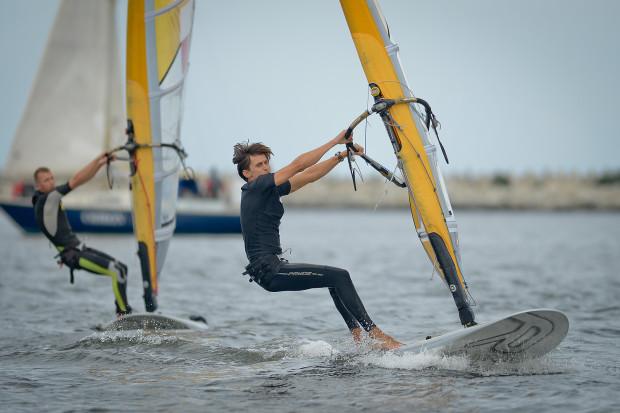 W klasie RS:X mężczyzn podczas żeglarskich mistrzostw Polski seniorów i młodzieżowców deskarze z Trójmiasta zdobyli 5 z 6 medali! Na pierwszy planie najlepszy w tej specjalności Piotr Myszka.