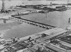 Suchy dok powstawał w gdyńskiej stoczni w latach 1960-62. Na zdjęciu widać jego zarys, wyznaczany ściankami Larsena.