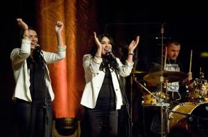 Krzysztofowi Krawczykowi towarzyszył zespół złożony z zaprzyjaźnionych muzyków oraz członków rodziny. W chórku zaśpiewały m. in. przybrana córka Sylwia Krawczyk- Urbańczyk oraz żona Ewa.